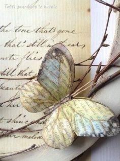 realistischer Papierschmetterling – Charlene Odom – Join in the world Old Book Crafts, Book Page Crafts, Butterfly Crafts, Butterfly Art, Butterfly Kisses, Origami, Paper Butterflies, Paper Flowers, Book Flowers