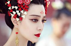 Revealing the coronation outfit for Wu Zetian as the Queen, Fan Bingbing continues to be breathtaking in every photos from her self-produced bioepic, The Empress of China. Fan Bingbing said that th… Fan Bingbing, Wu Zetian, The Empress Of China, Chinese Makeup, Abi Motto, Races Fashion, Beautiful Costumes, We Are The World, Ancient China