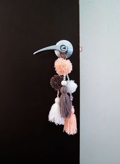 I made a few pompoms as kid but it has been awhile and I kind of forget how fun it was to make some. It's just fell like the right craft for this time of… basteln, How to make a cute pompoms door ornament - Ohoh deco Pom Pom Crafts, Yarn Crafts, Pom Pom Diy, Diy Home Crafts, Arts And Crafts, Porta Diy, Diy Para A Casa, Diy Décoration, Diy Room Decor