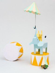 Con papel, un buen cúter, mucha maña, (y, me imagino que con una paciencia infinita)Fideli Sundqvistrealiza estos diseños espectaculares.