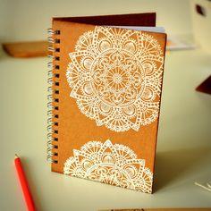 """Zápisník+-+deník+""""MANDALA"""",+A6+Zápisník+formátu+A6-ručně+designovaný+120+stran,+tj.+60+bílých+listů+(70g/m²)+kapsa+zevnitř+napřední+pevné+desce+pevné+desky+v+přírodní+hnědé+barvě+kroužková+vazba+záložka+Design+na+přední+i+zadní+stranědeníku+stejnýmmotivem+někdy+selehceliší,+v+závislosti+na+výřezu+použitého+papíru+Mandala+znázorněna..."""