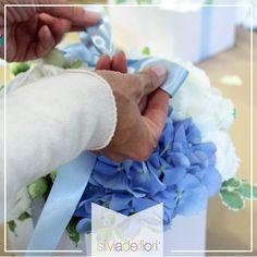 Centrotavola molto particolare per matrimonio  realizzati con ortensie blu e bianche. ED il vaso? Un'originalissima scatola regalo bianca!