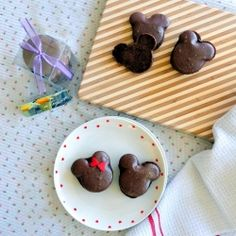 Mickey and Minnie Chocolate Macarons  For the kids and the kid in you…and any Disney Fans.  @Ghida El Baba show this to bouba <3