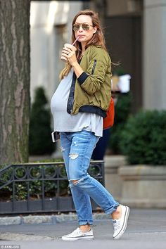 Olivia Wilde from The Big Picture: Today's Hot Pics Bumpin' around! The pregnant actress is seen sipping a shake in New York City's Central Park. Winter Maternity Outfits, Fall Maternity, Stylish Maternity, Pregnancy Outfits, Maternity Fashion, Olivia Wilde, Bump Style, Fashion Maman, Big Pregnant