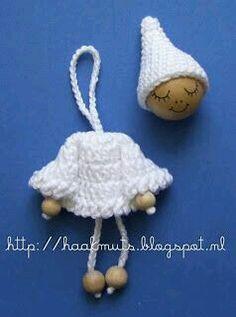 Horgolt Hat: Karácsonyi angyal / Little Red Riding Hood minta Crochet Christmas Trees, Crochet Ornaments, Christmas Crochet Patterns, Christmas Angels, Christmas Crafts, Christmas Ornaments, Christmas Christmas, Crochet Key Cover, Crochet Motif
