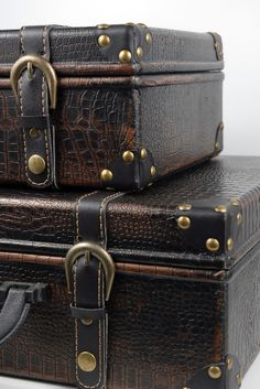 great site - love these suitcases. much like the ones currently on display at the historical society!