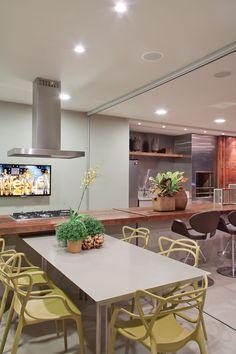 Para compor com a mesa em Corian a escolha foi pelas cadeiras Masters, da Kartell, e pelas banquetas da Classica Design, ambas da Quadra Design.
