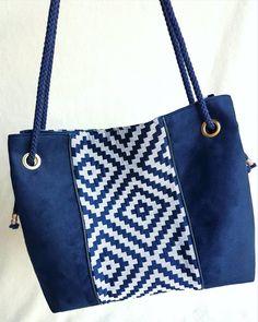 Sac NINA fait main en bi matière, suédine bleu marine et tissu jacquard motifs géométriques. Anse macramé bleu marine. Chic et élégant de la boutique LNHKcreations sur Etsy