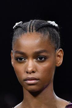 Les plus belles coiffures de la Fashion Week Automne-Hiver 2019-2020 #coiffure #cheveux #tendance #2019 #2020 #automne #hiver #aufeminin #beauté #fashionweek #paris #milan #londres #newyork African Braids Hairstyles, Braided Hairstyles, Curly Hair Styles, Natural Hair Styles, Black Girls Hairstyles, African Beauty, Beauty Editorial, Cornrows, Paco Rabanne