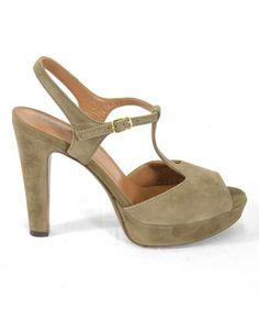 Sandalo peep toe in suède. Allacciatura alla caviglia e suola in cuoio. Platform alta 2 cm e tacco 11 cm.