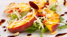 Ensalada de melocotones asados con rúcula, parmesano, piñones y reducción de Pedro Ximénez