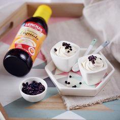 Réaliser des perles de Chicorée Leroux est un jeu d'enfant. Le résultat est bluffant et cela ne demande que des ingrédients simples : de l'huile (tournesol ou colza), de l'agar-agar qui est un gélifiant végétal, de la Chicorée liquide Leroux, du sucre et d'une seringue (ou pipette). La méthode est simple :  Placez au réfrigérateur un bol d'huile 3 heures à l'avance.  Mélangez 10cl de Chicorée Leroux avec 50g de sucre en poudre et 2g d'agar-agar. Portez à ébullition pendant 2 minutes…