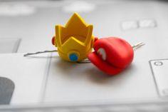 Épingle à cheveux Princess Peach Couronne ou Mario Hat par lizglizz, $23.00