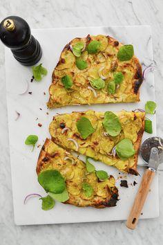 Si vous n'avez jamais goûté à la pizza aux pommes de terre, il est temps! Un petit délice idéal pour un en-cas ou un apéro entre amis. Pizza Au Levain, Vegetable Pizza, Comme, Zucchini, Vegetables, Simple, Food, Gourmet, Drizzle Cake