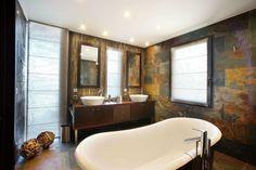 cuarto de baño moderno con un toque rústico