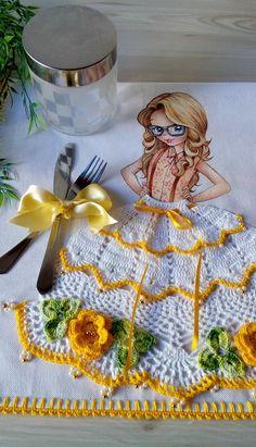 Pano de copa com pintura de menina e saia em crochê.  Sacaria da marca estilotex  crochê confeccionado com linha anne.  Enfeites em pedraria.  Pode ser usado como pano de fogão.