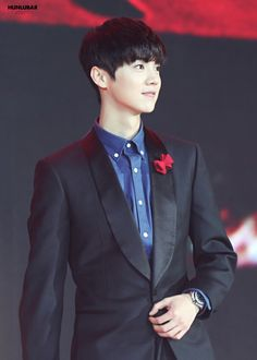 *o* I rarely see luhan with straight black hair! He looks so good OMG