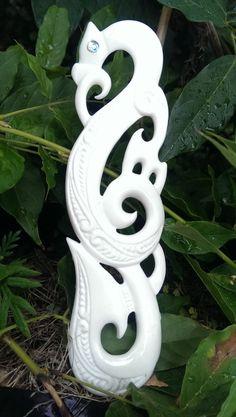 ▷ New Zealand jewelry: Maori symbols and their meaning Maori Designs, Celtic Designs, Maori Tattoos, Tribal Tattoos, Thai Tattoo, Sculpture Sur Os, Art Maori, New Zealand Jewellery, Maori Patterns