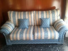 Sofá dos plazas espacioso, tapizado perfectamente conservado por usar poco. Precio 200 €. rosnube@gmail.com