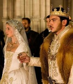 Wedding Crowns : Picture Description Jane & Henry's wedding – The Tudors – HBO did an okay job with this period. However as a Tudor guru, I have to give it a D. Too much artistic license with their version of Henry Viii and his wretched life. Dinastia Tudor, Los Tudor, Tudor Rose, Tudor Fashion, Covet Fashion, Tudor Series, The Tudors Tv Show, Tudor Dynasty, King Henry Viii
