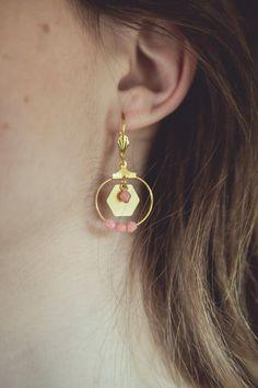 boucles d'oreilles hexagones rose, bijoux géométriques, créoles dorées et rose, boucles d'oreilles rose pastel, créoles géométriques