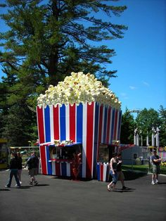 The ultimate popcorn food truck! If we would ever have a food truck, this would have to be our inspiration! Unusual Buildings, Interesting Buildings, Amazing Buildings, Popcorn Stand, Popcorn Shop, Food Cart Design, Kiosk Design, Unusual Homes, Unique Architecture