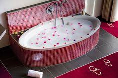Galerie-Suite 509 Badewanne im Wohnzimmer Hotel Alpen, Hotels, Bathtub, Room, Bath Tube, Living Room, Standing Bath, Bedroom, Bathtubs