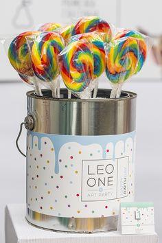 A Caraminholando criou uma linda decoração para o primeiro aniversário do Leo. O tema escolhido pelos pais foi aula de artes
