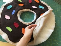 I love this donut costume DIY! It's straight forward sewing project that has a free pattern! Perfect for Halloween and parties and easy to personalize! Source by idea sewing Halloween Kostüm, Diy Halloween Costumes, Halloween Sewing, Pijamas Onesie, Donut Costume, Felt Squares, Diy Donuts, Donut Birthday Parties, Baby Sewing Projects