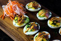 Asian Banh Mi Inspired Deviled Eggs: A keto friendly, low carb take on the Vietnemese Banh mi. These Asian-inspired deviled eggs are delicious! Chick Deviled Eggs Recipe, Perfect Deviled Eggs, Healthy Deviled Eggs, Sriracha Deviled Eggs, Devilled Eggs Recipe Best, Healthy Egg Recipes, Meal Recipes, Easter Recipes, Healthy Options