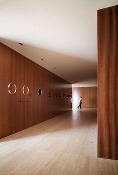 O projeto de interiores desta cobertura tríplex em São Paulo – novo trabalho do Studio MK27, dos autores Marcio Kogan, Diana Radomysler e Luciana Antunes -, tira partido de um ver mais