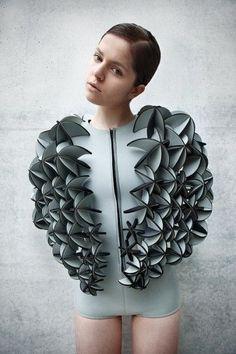 Synthetic Ocean Alba Prat, un nom à retenir. Après des études en sciences de l'environnement, cette jeune designer quitte Barcelone pour aller étudier la mode à Berlin. Elle travaille des matières ...