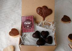 Caixa 1: 4 bombons de chocolate negro com recheio de morango e pimenta rosa   1 Lollipop coração