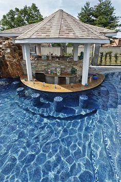 cuisine centrale au milieu d'une grande piscine