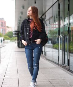 Outfit: schwarze oversized BDG Jeansjacke von Urban Outfitters - The Fashionable Blog. Printed sweater+ripped jeans+white sneakers+black denim oversized jacket+black backpack. Fall Casual Outfit 2016