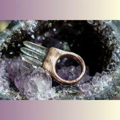 Three-pointed quartz ring  #ring #crystals #jewelry #handmade #quartz #quartz #accessories # healingcrystals #crystaljewelry #amethyst #electroforming