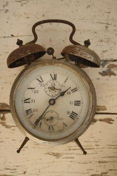 Clocks – Decor : Antique clock Clocks – Decor : Antique clock -Read More – Clock Vintage, Vintage Alarm Clocks, Antique Clocks, Retro Vintage, Vintage Travel, Vintage Cars, Clock Display, Clock Decor, Shabby