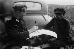Juli 1942 Ukraine An der Sowjetfront: Der Kriegsmaler an der Arbeit.- Irgendwo zwischen Donez und Don ist dem Kriegsmaler eine bizarre Type über den Weg gelaufen. Schnell hat er den ukrainischen Bauern genötigt, auf der Stoßstrange seines Wagens Platz zu nehmen und nun hält der Pinsel in schnellen Strichen das Bild fest. PK - Aufnahme: Kriegsberichter: Grimm-Kastein
