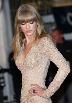 Taylor Swift looking elegant in pale glitter -MH love her, her hair, and that dress (: Style Taylor Swift, Taylor Swift Bikini, Taylor Alison Swift, Estilo Gigi Hadid, Dress Me Up, Dress To Impress, Beautiful People, Vogue, Classy
