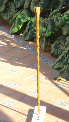 Baston nº 31. Realizado en madera de castaño granadino con vaciado en angulos, haciendo salomonico. Coleccion rcuetosevilla@gmail.com  Málaga