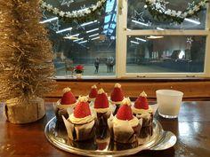 Kerstmutsjes, chocolafebrownie met witte chocolade botercreme en aardbei.