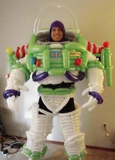 Meet Jeff Wright, a gifted balloon artist and (clearly) a huge fan of the Toy Story series. Jeff created this awesome Buzz Lightyear costume using nothing but an untold number of carefully interwoven balloons. Buzz Lightyear Kostüm, Disfraz Buzz Lightyear, Halloween Costumes To Make, Halloween Diy, Family Halloween, Sculpture Ballon, Deco Ballon, Balloon Modelling, Festa Toy Story