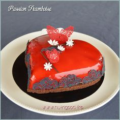 Un gâteau Saint Valentin aux deux parfums passion framboise, en forme de coeur, c'est sûr, il va craquer !