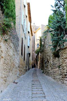 Les plus beaux villages et trésors du Luberon en 7 idées de journées de vacances et 18 propositions en images. Là, une ruelle du magnifique village de Gordes.