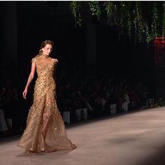 Golden dress do desfile do @samuelcirnansck  regram @spfw #goldendress #vestidodefesta by constancezahn