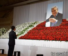 1月に脳リンパ腫のため74歳で亡くなった俳優の松方弘樹さんを偲ぶ会が6日、都内で行われた。 祭壇は、これまで映画俳優として歩いたレッドカーペットをイメージしたデザインで、8000本もの花々で飾られた。遺影は、15年12月に雑誌の取材で訪れた築地のすし店で撮影されたもので、大好きなマグロを肴に日本酒を… / 松方弘樹さんに最後のお別れ、里見は無念を明かす #松方弘樹 #お別れ #俳優 Funeral Flower Arrangements, Funeral Flowers, Japanese, Formal, Style, Preppy, Swag, Japanese Language, Outfits