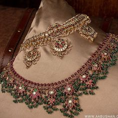 Looking for latest South Indian antique gold jewellery designs, check out this 30 stand out antique jewellery models and where you can shop them. Indian Jewelry Earrings, Indian Jewelry Sets, Indian Wedding Jewelry, Bridal Jewelry Sets, Pakistani Jewelry, India Jewelry, Antique Jewellery Designs, Gold Jewellery Design, Antique Jewelry