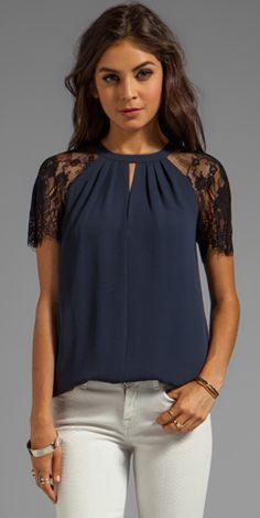 Blusa azul com mangas em renda