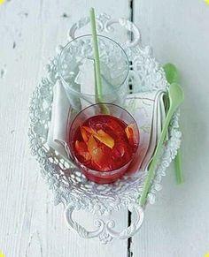 Aperitivo al mirtillo rosso e pesca nettarina  Ingredienti: per 4 persone          160 g di mirtilli rossi         2 pesche nettarine         2 dl di vino bianco dolce
