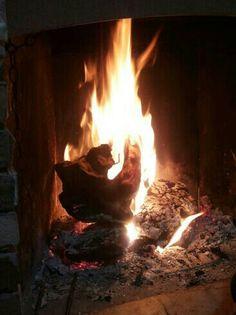 Il calore di un fuoco acceso riempie la mente e riscalda il cuore